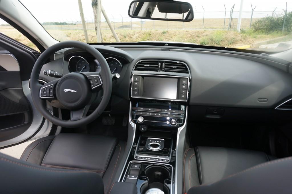 Jaguar-XE-2015 (22)