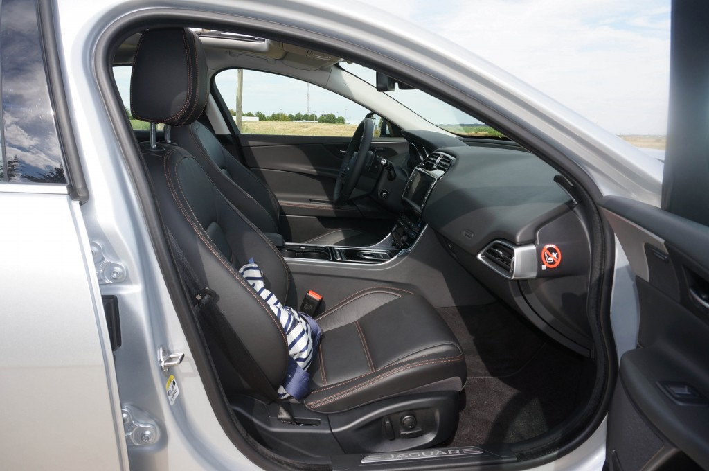 Jaguar-XE-2015 (27)