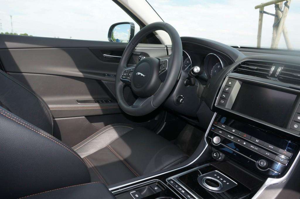Jaguar-XE-2015 (28)