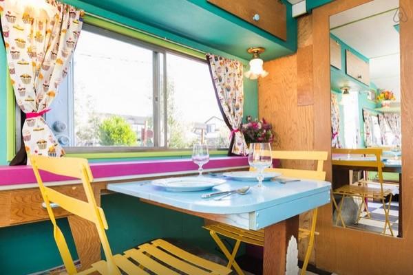 la caravane vintage ultime est sur airbnben voiture carine en voiture carine. Black Bedroom Furniture Sets. Home Design Ideas