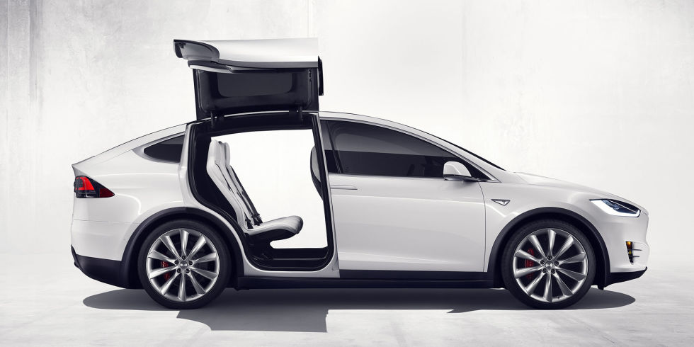 la 1 re c l brit poss der une tesla model x est amanda seyfrieden voiture carine en. Black Bedroom Furniture Sets. Home Design Ideas